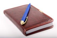 Caderno e pena isolados Imagens de Stock
