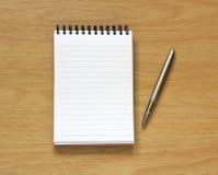 Caderno e pena na mesa Fotografia de Stock Royalty Free