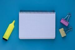 Caderno e pena no fundo azul Conceito do planeamento Conceito da educação, espaço da cópia conceito do escritório para negócios L imagens de stock royalty free