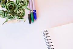 Caderno e pena a trabalhar e relaxar Fotos de Stock