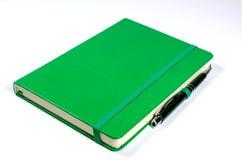 Caderno e pena verdes Imagens de Stock
