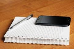 Caderno e smartphone foto de stock