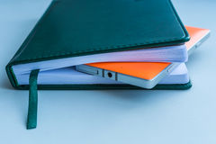 Caderno e telefone celular fotografia de stock