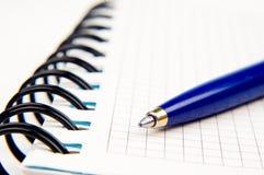 Caderno e uma pena Fotografia de Stock