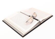 Caderno e vidros da pena de fonte Fotos de Stock Royalty Free