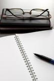 Caderno e vidros vazios Fotos de Stock Royalty Free