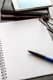 Caderno e vidros vazios Foto de Stock