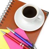 Caderno e xícara de café isolados no fundo branco Imagem de Stock Royalty Free