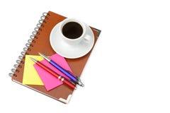 Caderno e xícara de café isolados no fundo branco Sp livre Foto de Stock Royalty Free