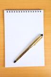 Caderno em branco branco com pena amarela Imagens de Stock