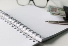 Caderno em branco com pena e vidros Imagem de Stock