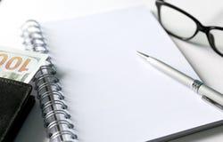 Caderno em branco com pena e vidros Foto de Stock