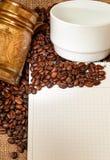 Caderno em branco, turcos de cobre, copo e coffe Fotografia de Stock