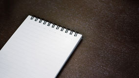 Caderno em uma tabela de madeira foto de stock