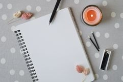 Caderno espiral com p?gina vazia, vela coral, as flores secadas e f?sforos pretos fotos de stock