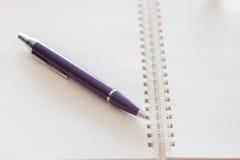 Caderno espiral da pena e da placa Imagens de Stock