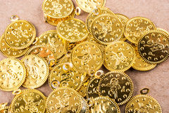 Caderno espiral e as moedas de ouro Fotografia de Stock Royalty Free