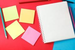 Caderno, etiquetas e lápis Fotos de Stock Royalty Free
