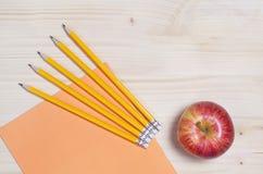 Caderno, lápis e maçã da escola Fotografia de Stock Royalty Free