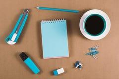 Caderno, lápis e materiais de escritório fotografia de stock royalty free