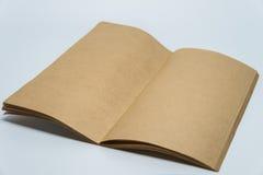 Caderno liso marrom aberto com fundo branco e foco seletivo Imagem de Stock Royalty Free