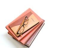 Caderno, livros e vidros no fundo branco Imagens de Stock Royalty Free