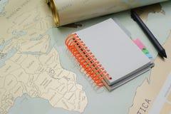 Caderno moderno, mapa, pena no fundo da textura Imagens de Stock Royalty Free