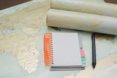 Caderno moderno, mapa, pena no fundo da textura Fotografia de Stock