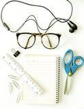 Caderno, monóculos, tesouras (ferramentas do escritório) Imagens de Stock Royalty Free