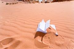 Caderno na duna de areia vermelha da sobremesa Imagens de Stock