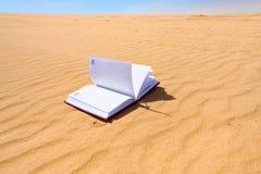 Caderno na sobremesa da duna de areia Fotos de Stock Royalty Free