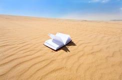 Caderno na sobremesa da duna de areia Imagem de Stock