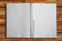 Caderno na tabela de madeira Imagem de Stock