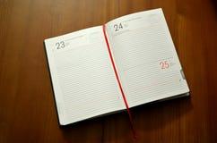 Caderno na tabela de madeira Imagens de Stock
