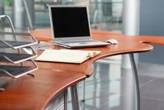 Caderno na tabela do escritório Imagens de Stock Royalty Free