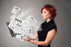 Caderno ocasional do holdin da jovem mulher e leitura da notícia explosiva Fotografia de Stock Royalty Free