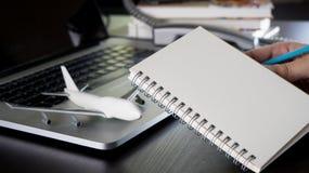 Caderno para a lista de verificação da viagem de negócios imagem de stock royalty free