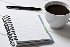 Caderno, pena e chávena de café vazios fotos de stock royalty free