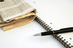 Caderno, pena e jornal #1 foto de stock royalty free