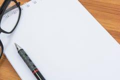 Caderno, pena e vidros Fotos de Stock