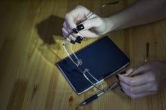 Caderno, pena e vidros nas mãos da menina fotos de stock royalty free