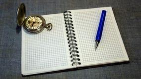 Caderno Relógio e pena de bolso Imagem de Stock