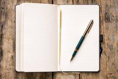 Caderno vazio aberto na tabela de madeira Fotografia de Stock Royalty Free