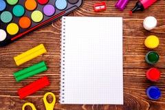 Caderno vazio aberto, quadro de fontes de escola sobre um wo retro fotos de stock