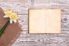 Caderno vazio com a flor do fundo de madeira da tabela do vintage na opinião superior Fotografia de Stock Royalty Free