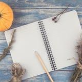 Caderno vazio com lápis e abóboras de outono Fotografia de Stock Royalty Free