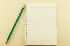Caderno vazio com lápis, vintage Fotografia de Stock Royalty Free