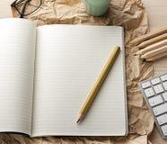 Caderno vazio com o lápis na mesa de madeira foto de stock royalty free