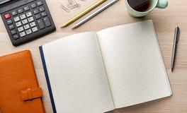 Caderno vazio com o lápis na mesa de madeira fotografia de stock royalty free