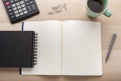 Caderno vazio com o lápis na mesa de madeira imagens de stock royalty free